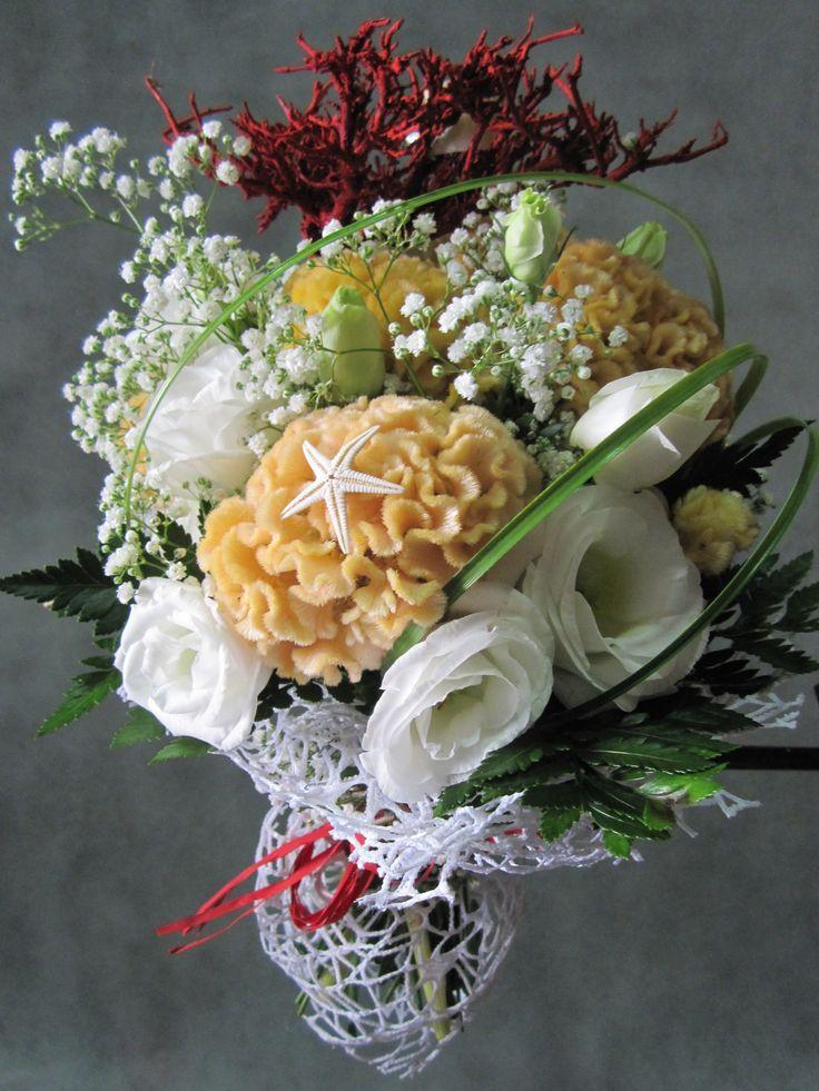Bouquet estivo con inserimento di stella marina e conchiglia.