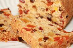"""Dit recept komt van de baksters van Goddelijkehuisvrouw.nl. Check ook hun Facebook pagina. """"Op vakantie in Yorkshire aten wij deze zomer Yorkshire teabread, een soort cake-brood met heel veel gedroogde vruchten, die zijn geweld in thee. Dit teabread is zo eenvoudig te maken. Als je bedenkt dat er in dit brood geen gist, boter en …"""