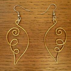 Boucles d'oreilles pendantes en forme d'ailes d'ange en fil d'aluminium doré, support argenté.