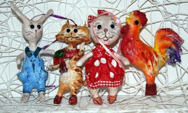 Новый 2017 год будет годом Красного Огненного Петуха. И по традиции петушок должен появиться на каждой праздничной елочке. Для тех, у кого пока нет петушка, предлагаю сделать игрушку на елку из ваты. Мы будем делать вот таких чудных петушков, напоминающих леденцы. Петушков в сапожках и в ярких рубахах! У многих в детстве были подобные ватные игрушки — теплые и нежные.