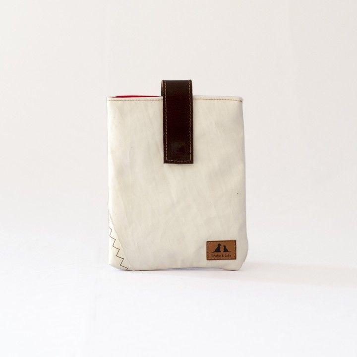 """Funda de iPad Mini de vela de barco reciclada, con relleno acolchado, interior de algodón y cierre de cuero de curtido vegetal con imán. Apta para iPad sin funda o con el """"smart cover""""."""