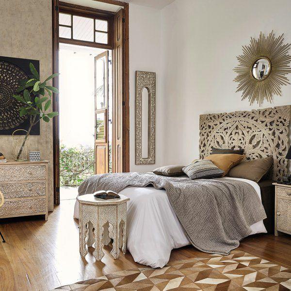 Côté mobilier, on dépayse un maximum pour instaurer une ambiance ethnique chic. Partout dans la maison, on mise sur des miroirs en rotin ou des miroirs orientaux. Dans la chambre, on ne se prive surtout pas d'une tête de lit en bois brut, en tissu clouté ou en rotin, voire en fer forgé.