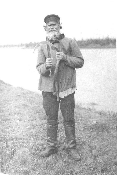 Старик косарь правит косу горбушу. Архангельская губ., Онежский у., д. Порог. 1910