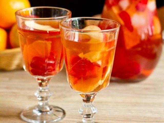 Розовая сангрия с клубникой и ванилью http://www.anymenu.ru/rozovaya-sangriya-s-klubnikoj-i-vanilyu/  Розовая сангрия с клубникой и ванилью — это освежающий слабоалкогольный напиток родом из солнечной Испании. Сангрия появилась в 19 веке в Испании и Португалии. Рецепт сангрии представляет собой разбавленное водой вино с добавлением фруктов, ягод, небольшого количества ликера, рома или бренди, а также пряностей. Чаще сангрию готовят из красного вина, но единого рецепта не существует,