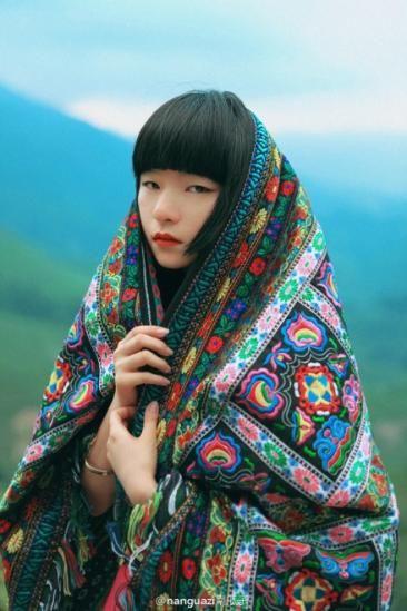 Perú -Moda internacional; actriz Coreana apreciando la manta de inspiración inca estilizada (notese los motivos de los tejidos), posando para la revista Vogue. JHabich14
