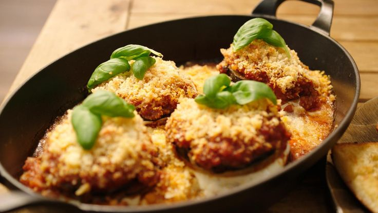 Dit is een variant op de Italiaanse klassieker 'melanzane alla parmigiana' – de vegetarische ovenschotel met aubergine. Jeroen doet er koolrabi bij wat een extra 'beet' geeft aan het gerecht.