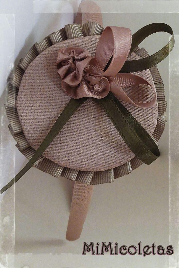 Diadema Rosada. Ideal para pasear un maravilloso día de domingo. Confeccionada con cinta de raso en tonos marrón, rosa palo y verde.