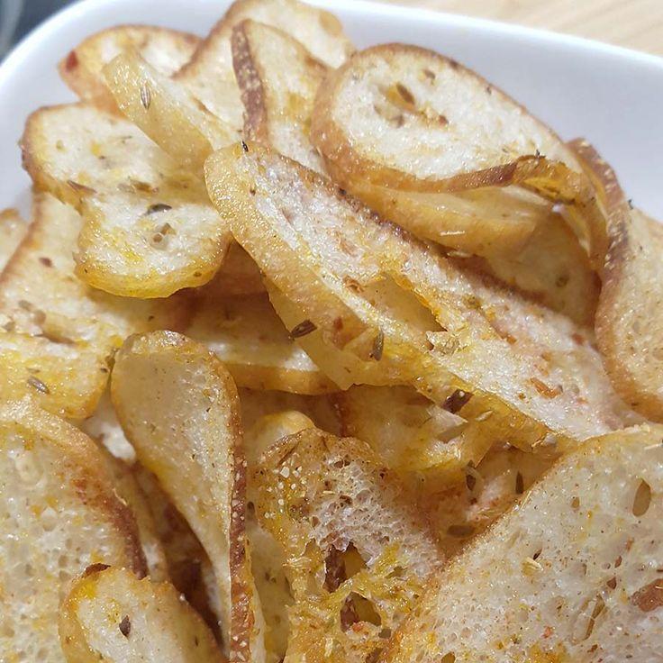 Mögt ihr Chips genauso sehr wie ich? Dann habe ich genau das richtige für euch. Warum extra Kartoffeln, Süßkartoffeln, Möhren etc. mühsam frittieren wenn es so viel einfacher geht. Brotchips sind schnell gemacht und ideal wenn ihr noch altes Brot übrig habt. Wer schafft denn auch zu zweit eine ganze Stange Baguette? Also worauf wartet ihr noch?  Brotchips - die Idee Schon seit Jahren gibt es bei mir immer wieder zu einem Filmeabend Fladenbrotscheiben bestrichen mit einer Mischung, die…
