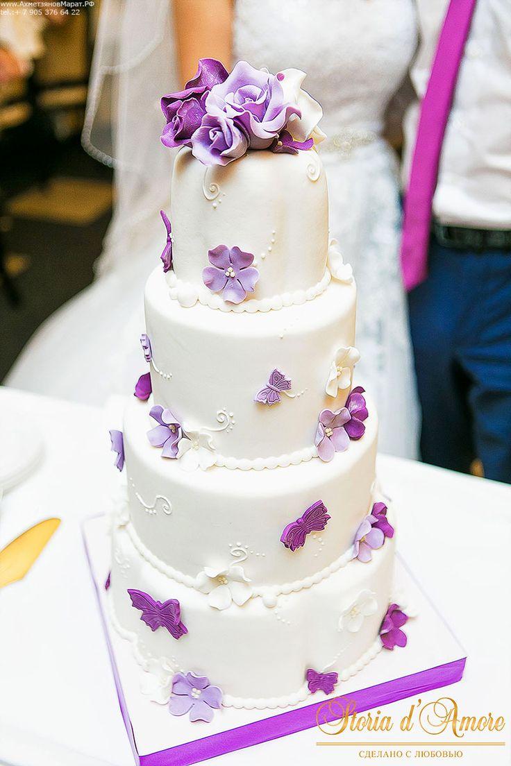 А вот четырех ярусный торт молодых смотрелся очень нежно, т.к. был украшен нежными бабочками цвета фиолет.