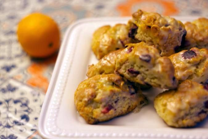 Des petits scones très faciles à faire, avec un glaçage maison à l'orange. Délicieux au déjeuner, pour le brunch, comme collation avec un thé ou pour le des