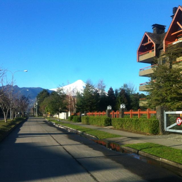 Vista de volcán Villarrica desde calle Colo Colo...