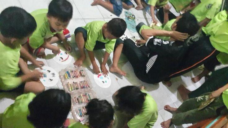 Anak-anak di Bumi Dinasti School berkreasi membuat topeng dari piring kertas.