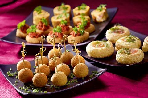 Przekąski sylwestrowe według Pascala Brodnickiego: przepis na panierowaną mozzarellę, kuleczki z koziego sera, roladki z ciasta francuskiego i miniomlety.