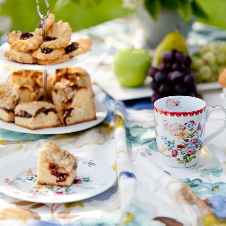 Picnic time! #dekoriapl #kettle #roses #mug #cup #porcelain #garden #inspirations #sweety #cookie #yummy l