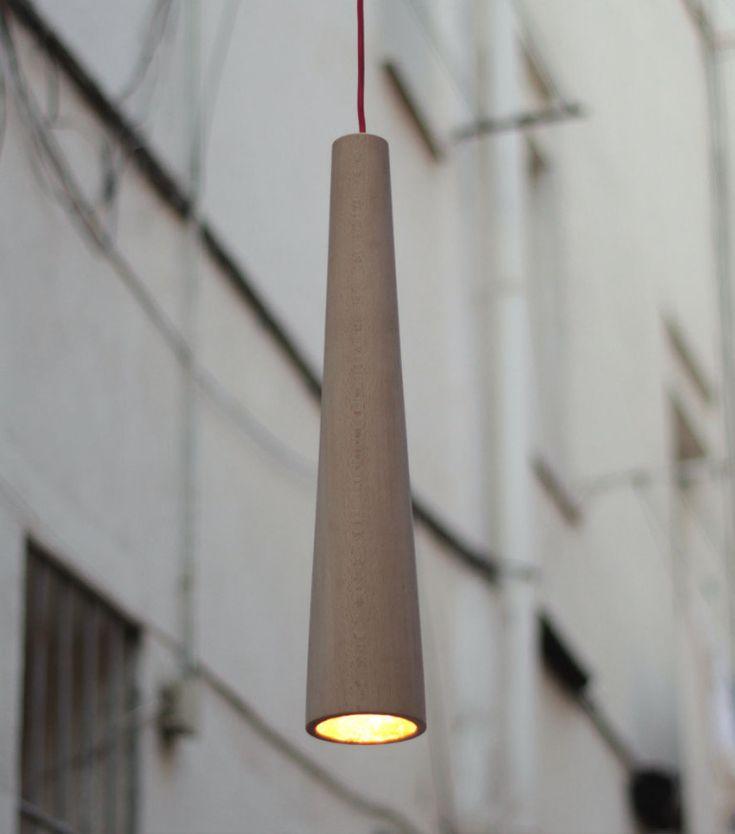 Lámpara LUG Lámpara de techo realizada en una pieza única de madera de haya, en forma de cono truncado, acabadas con aceites naturales. El interior está estucado y cubierto con una capa de pan de oro. Tienen una bombilla de leds y un transformador exterior. Penden de un cable eléctrico recubierto de algodón.