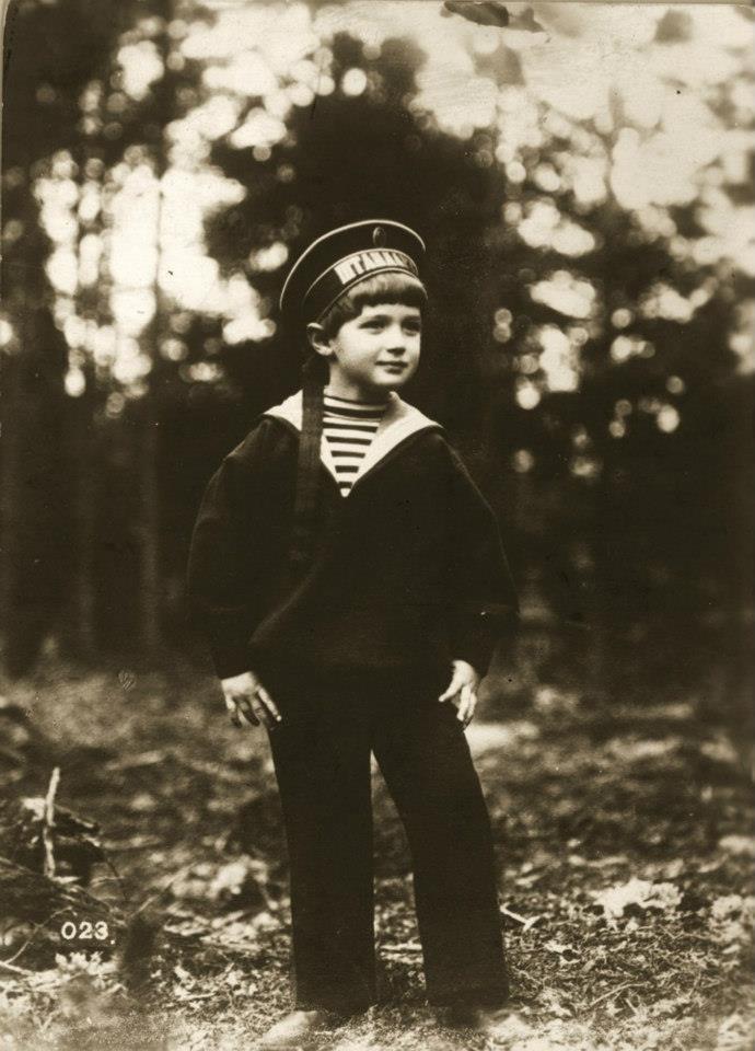 Alexis Tsarevich Romanov (1909-1918), o único filho do czar Nicolau II da Rússia, cerca de 1915. Ele sofreu com a doença hereditária real de hemofilia, e foi assassinado pelos bolcheviques em Yekaterinburg, junto com o resto de sua família. (Foto por Henry Guttmann)