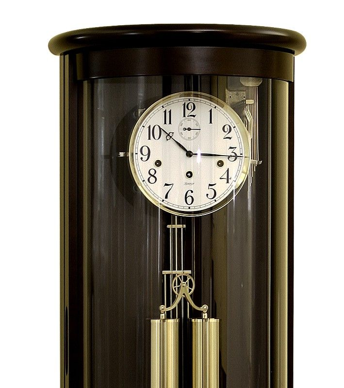 Kamil to zegar o specjalnie wygiętej szybie, przez co mechanizm jest widoczny z każdego miejsca.