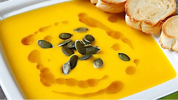 Dýňová polévka je přímo synonymem podzimu. Zvlášť pokud její chuť podpoříte pomerančem a hřejivým zázvorem. Jednoduché a výtečné jídlo, které vám spraví náladu, když je venku pošmourno.