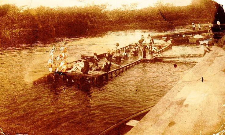 Entre anos 30 e 40. Banho no rio Tietê em cocho de madeira (para segurança dos banhistas), parte do acesso aos associados do Sport Club Corinthians Paulista, na zona leste da cidade de São Paulo.