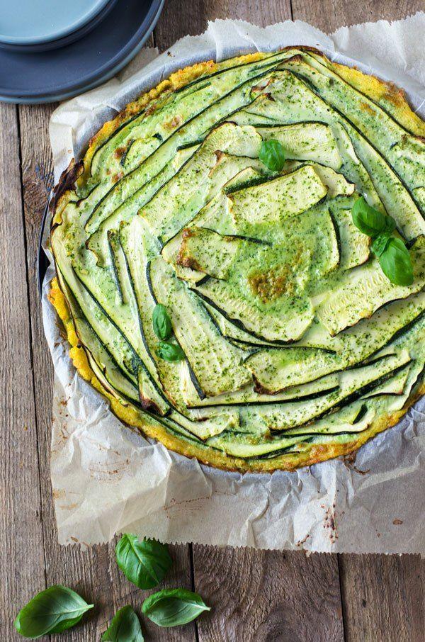 Köstliche, kalorienarme Zucchinitarte mit Basilkumcreme und einem Boden aus Polenta. Unkompliziert zu machen und einfach lecker.
