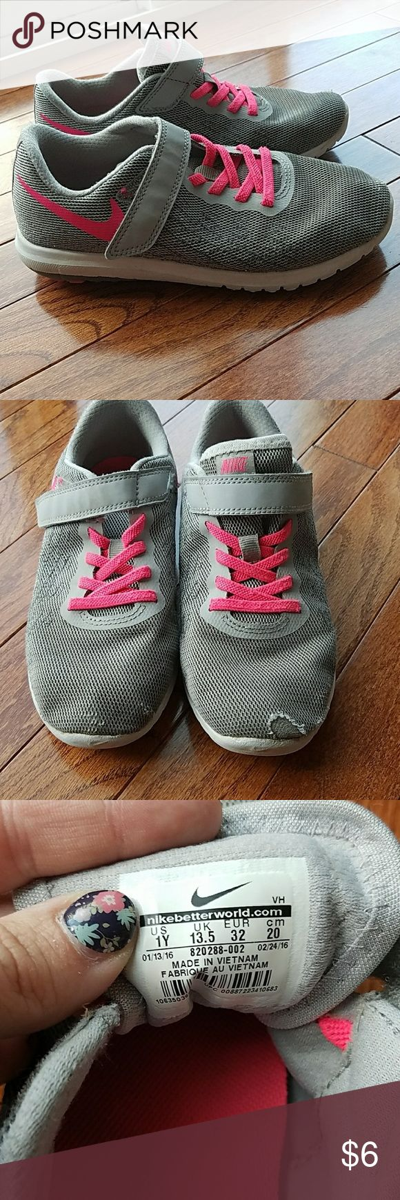 Girl's Nike Flex sneakers Well loved Nike's flex sneakers with lots of life left. Some wear on the toes but otherwise in good used condition. Nike Shoes Sneakers