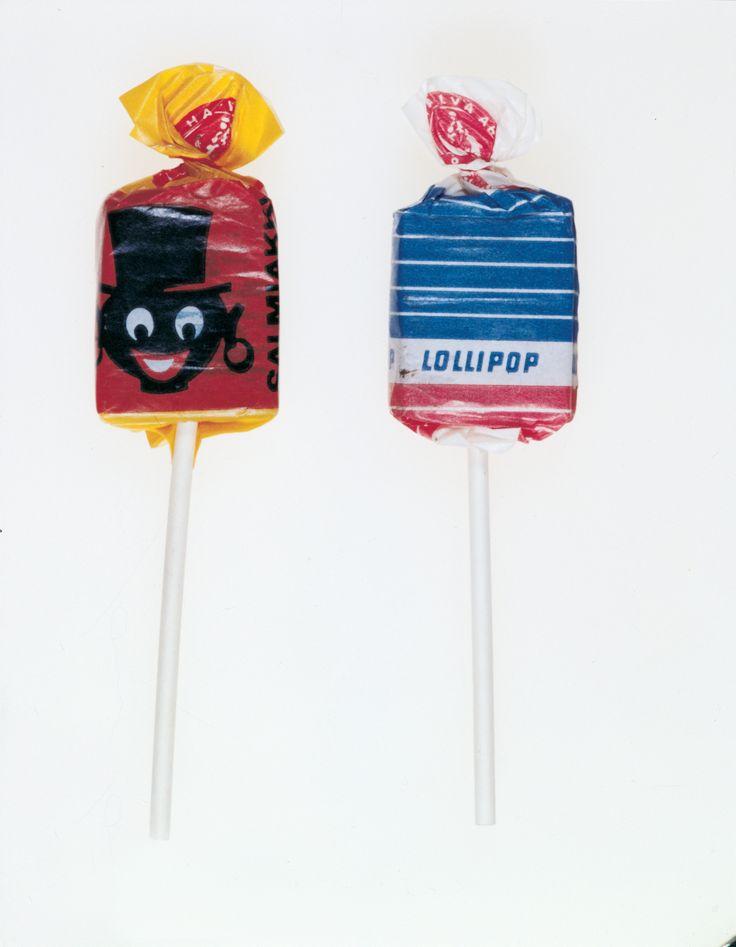 Halvan Lollipop-tikkarit. Vasemmanpuoleinen oli salmiakin makuinen ja oikeanpuoleinen taas sellainen vaalea toffee (kermakola). Näitä oli vielä kolmattakin laatua - colan makuinen. Se oli (muistaakseni) lilan värisissä kääreissä (muistutti tuota sini-puna-valkoisen tikkarin käärepaperia).