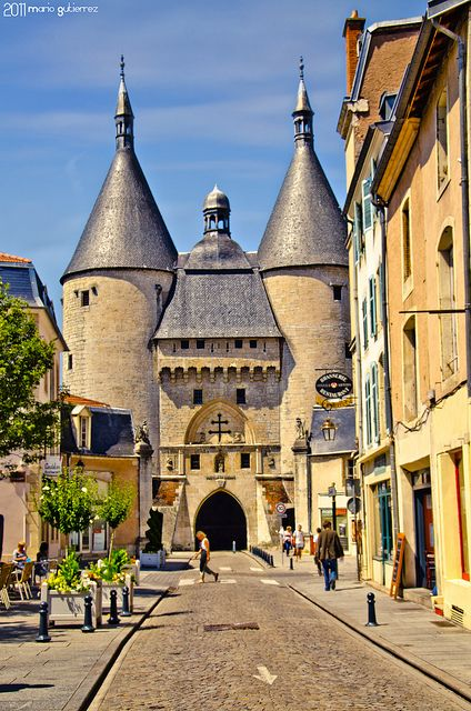 Porte de la Craffe, Nancy, France Do I dare say anything from Nancy is pretty? À Nancy, les femmes sont les hommes... #minicrit