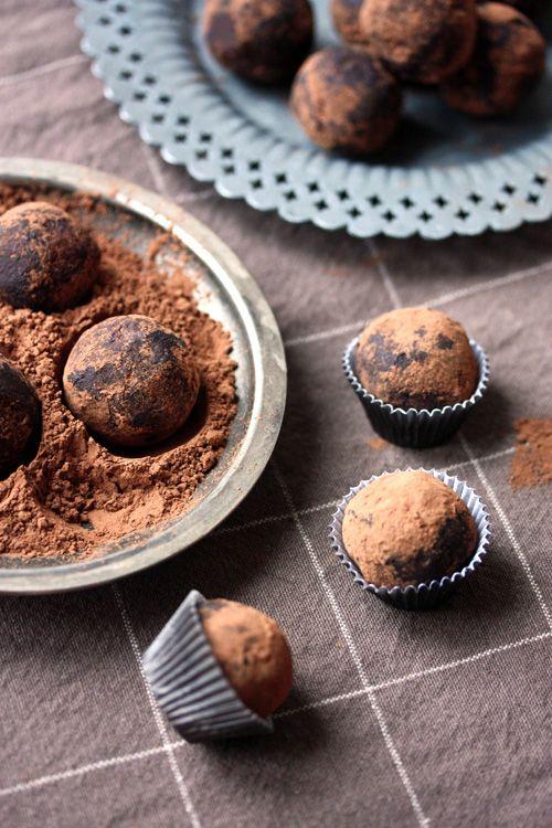 Superenkla raw food-energibollar som även passar dig som är vegan! Till adventsfika, jul eller fredagsmys. Detta recept är enkelt och gott, prova själv!