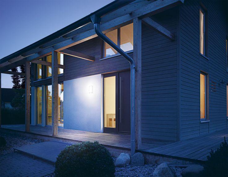 Klassisch und unauffällig präsentiert sich die Außenleuchte mit integriertem Bewegungsmelder. Das Gehäuse aus Edelstahl passt perfekt an jede Hauswand. 💡