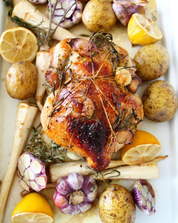 Noe av det beste jeg vet er å steke alt samtidig i en ildfast form. Jeg elsker å lage og spise deilig mat, men unngår gjerne å bruke lang tid på kjøkkenet. Kle kyllingen med hvitløksbåter og rosmar…