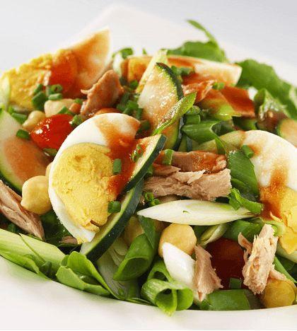 Gezonde salade met tonijn! Tonijn is een vette vis die je erg makkelijk kunt verwerken in je salades. Ga jij deze uitproberen?