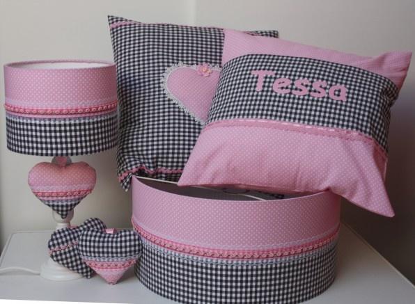 Babykamer set voor Tessa met grijs geblokte stof en roze stof.