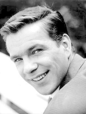Götz George (* 23. Juli 1938 in Berlin; †19. Juni 2016) war ein deutscher Schauspieler. Große Popularität erlangte George in Deutschland als Duisburger Kommissar Horst Schimanski in der Krimireihe Tatort, zu deren beliebtestem Kommissar er in einer Emnid-Umfrage 2008 gewählt wurde.