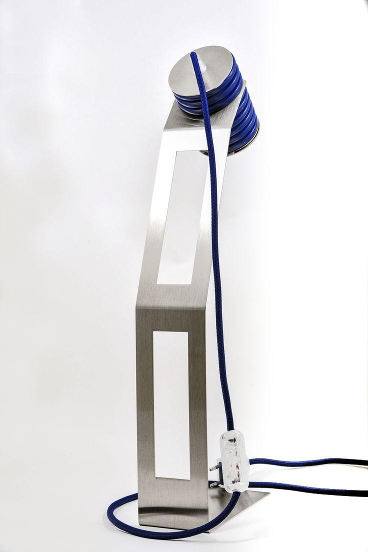 Arriva la prima lampada pensata per chi viaggia Leggera. smontabile e fatta con materiale elettrico di riuso: così si propone la PIXI http://www.riusodesign.com/