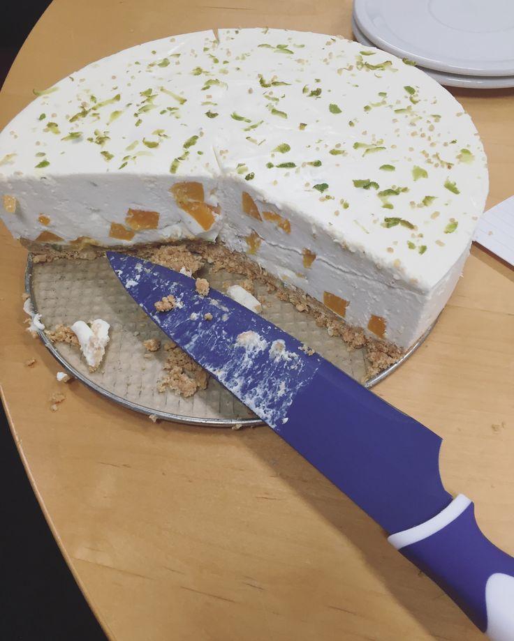 Begin deze maand was ik jarig. Voor mijn collega's had ik een kwarktaart gemaakt. Hij was goed gelkt en smaakte heerlijk. De combinatie van limoen (fris zuur) en perzik (zoet) ging heel goed samen, daarnaast was hij niet mierzoet en machtig. Deze ga ik vaker maken en meer combinaties bedenken. #homemade #kwarktaart #quarkcake #verjaardagstaart #birthdaycake