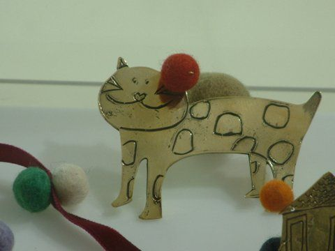 Handmade broach of a cat. Bronze and felt.Dimensions: 8cm x 7cm.