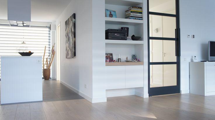 Mooi interieur met betonlook tegel vloer 60 x 60 cm en strakke maatwerk taatsdeur