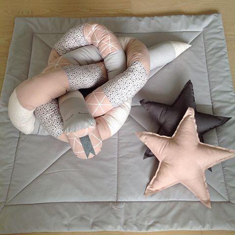 Flotte ting til kravlegården 😀💕  PRISER:  Legetæppe 100x100cm (ensfarvet): 700,-  Slange: 150,- pr. meter  Stjernepude: 75,-  Porto: fra 40,-  #kraul #krauldesign #bykraul #custommade #legetæppe #babytæppe #slange #sengerandsslange #stjernepude #stjerne #kravlegård #legetid #hyggetid #baby #pige #prinsesse #pigeværelse #børneinteriør #barselsgave #gaveide #musthave #sy #kreativ #egetdesign