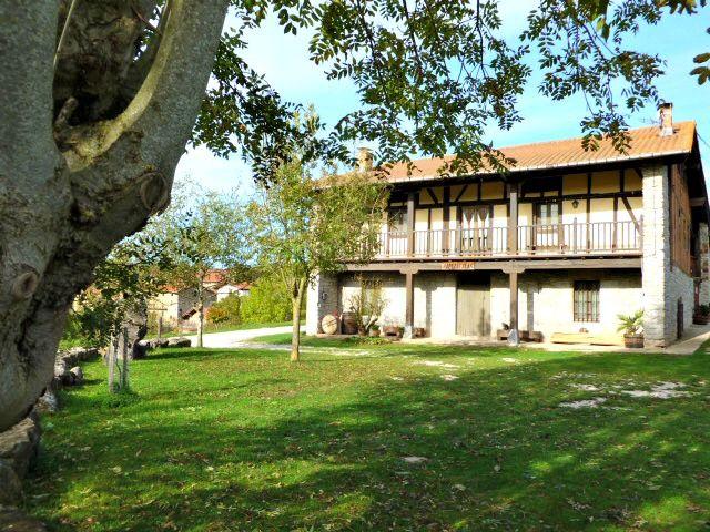 Casa Rural Apezetxea-aparcamiento empedrado-arruitz-larraun-navarra