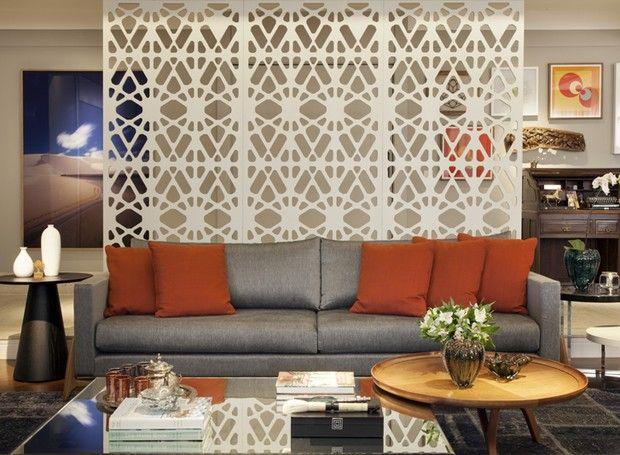 Para reservar a entrada do living, a arquiteta Cynthia Ferreira, do escritório Aonze,  optou por um painel vazado laqueado com acabamento de pintura laqueada (Foto: J. Vilhora/Divulgação)