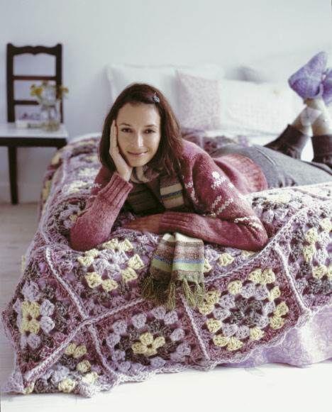 Tæppet er inspireret af de gamle hæklede sengetæpper med oldemorfirkanter.Det er meget hurtigt at fremstille med hæklenål nr. 12 og tykt garn.