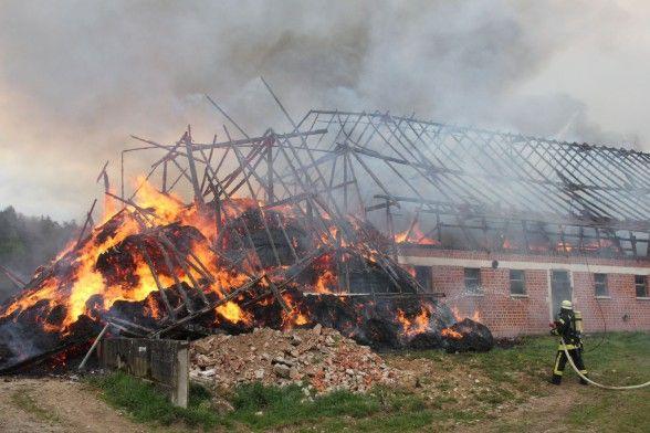 Abtsgmünd-Reichertshofen Brand verursacht 200.000 Euro Schaden Ein Großbrand hat Dienstagnachmittag im Raum Abtsgmünd für Aufregung gesorgt. Eine landwirtschaftliche Lagerhalle wurde vollständig zerstört. Verletzte gab es glücklicherweise nicht.