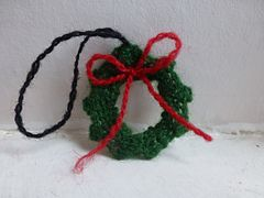 This is a simple mini wreath pattern for the perfect Christmas ornament.