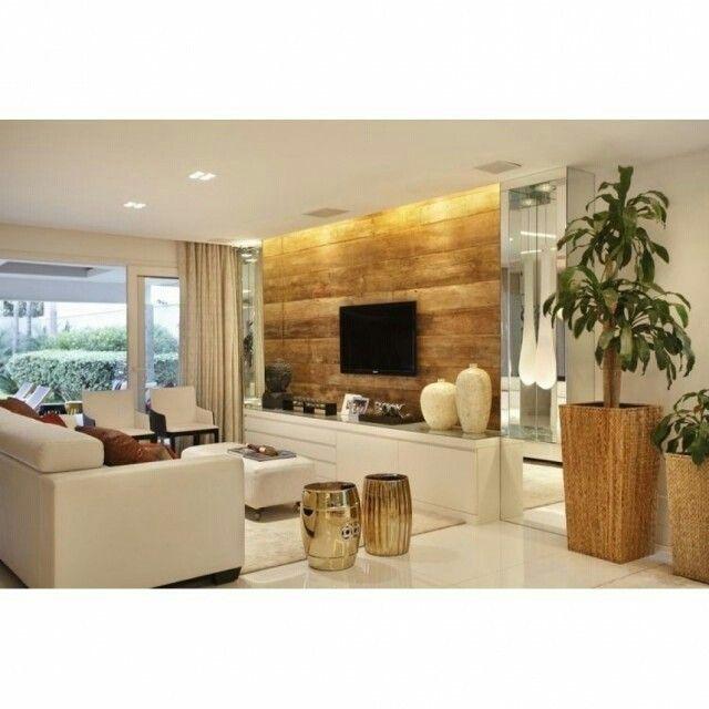 Que linda essa sala toda branca com o painel e o vaso de madeira se destacando!
