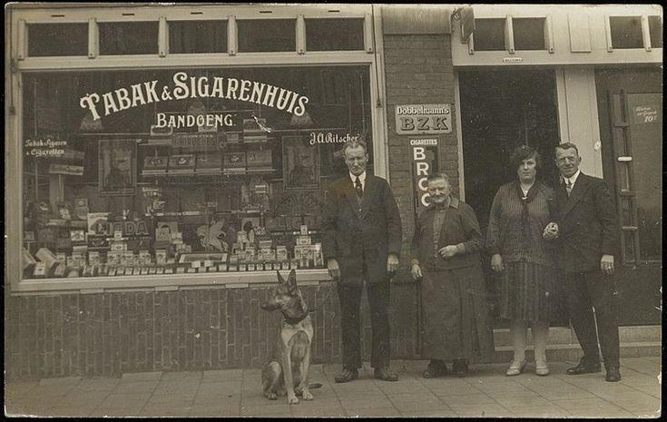 Beschrijving De familie Ritscher en hond voor hun Tabak- & Sigarenhandel Bandoeng, Soembawastraat 16. Ca 1930