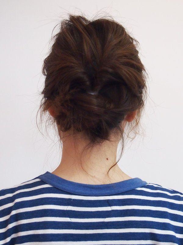 """まず、髪全体をゆるく巻いて、ワックスをなじませておく。耳上の髪を一度ゴムで縛ってからゆるめながら毛束の上に穴をあける。その穴に髪の毛を上から通して""""くるりんぱ""""に。耳下の髪も同様に""""くるりんぱ""""にし、髪を適宜ねじり上げてアメピンで留めまとめる。最後に、前髪の片サイドをパッチン留めでフィックス。ボブ~セミロングの人におすすめしたい、浴衣にも水着にも合うアップスタイル。 Mellow スタイリスト NARUMIさん"""