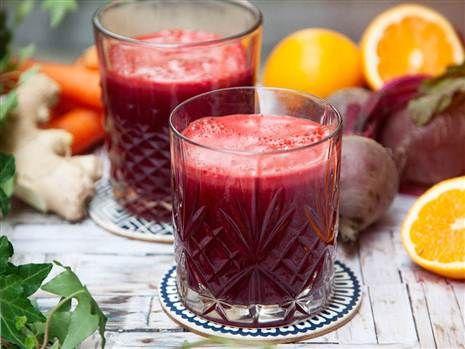 Red hero, röd och näringsrik juice med rödbeta, apelsin och ingefära.