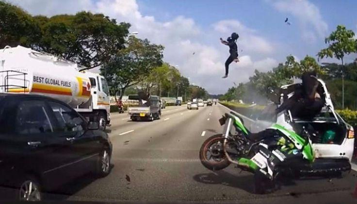 VIDEO: Dos motociclista salen despedidos en un impresionante accidente: Una moto con dos ocupantes circulaba a gran velocidad por una…