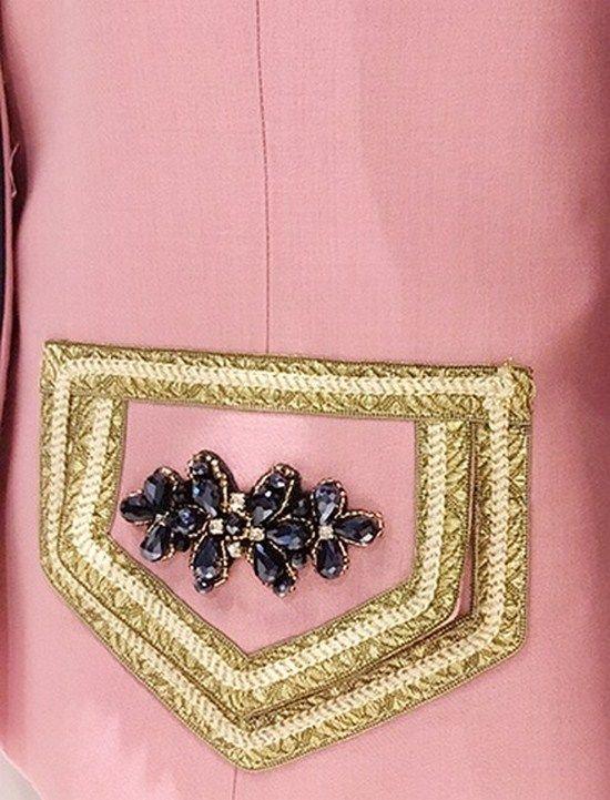 Chaqueta de corte romántico confeccionada en lino. El cuello es mao y los botones dorados corona. Preciosas solapas joya en los bolsillos con soutuche oro enmarcando dos bonitos broches..
