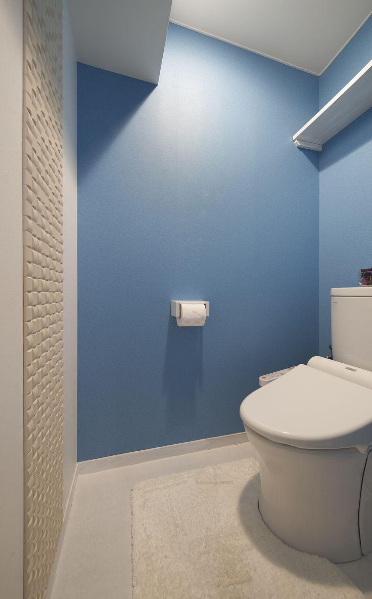 トイレや洗面に張ったブルーのクロスはホームイングで施工し、残りの白い壁や建具はC様自らが塗装して仕上げている。調湿・匂い吸着機能のあるタイルをアクセントに張りました